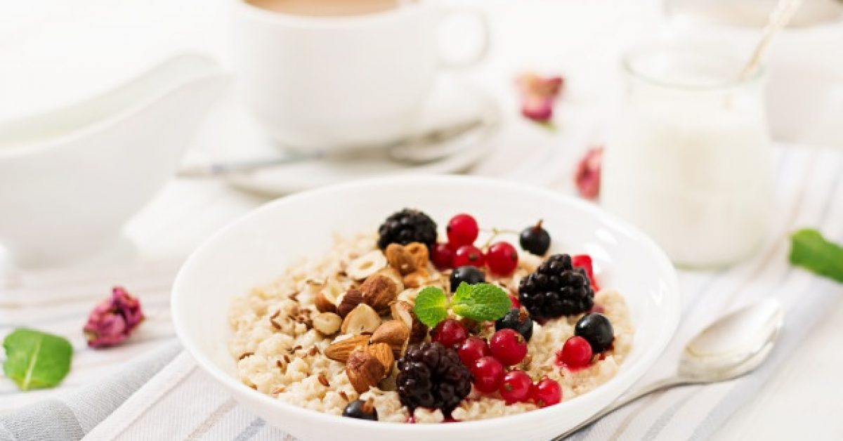 tasty-healthy-oatmeal-porridge-with-berry-flax-seeds-nuts-healthy-breakfast-fitness-food-proper-nutrition_2829-11260