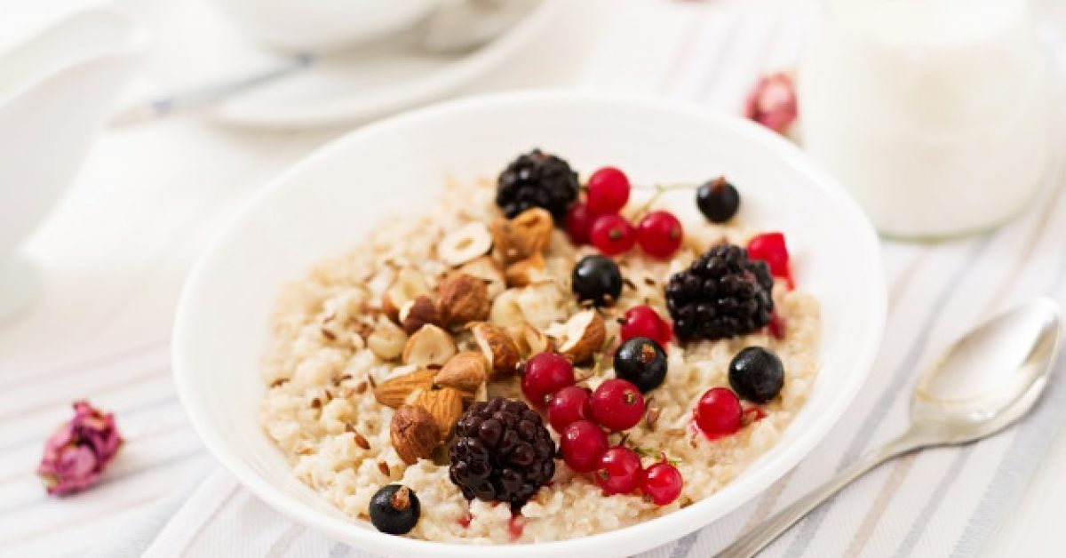tasty-healthy-oatmeal-porridge-with-berry-flax-seeds-nuts-healthy-breakfast-fitness-food_2829-11194